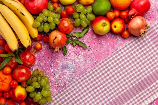 上面図新鮮な果物の組成ピンクの表面にカラフルな果物