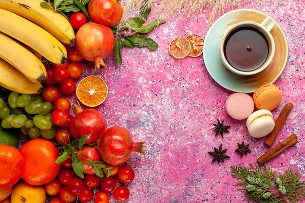 淡いピンクの表面にお茶を入れた上面の新鮮な果物の組成物