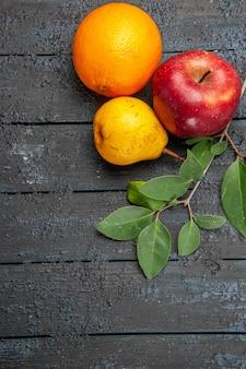 Vista dall'alto frutta fresca mela pera e arancia sul tavolo scuro frutta fresca matura pastosa
