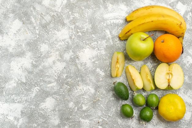 上面図新鮮な果物リンゴとバナナ白い背景に熟した新鮮なビタミン健康食品