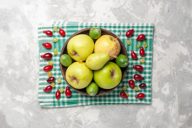 白い机の上に新鮮な果物、リンゴ、梨、フェイジョアの平面図