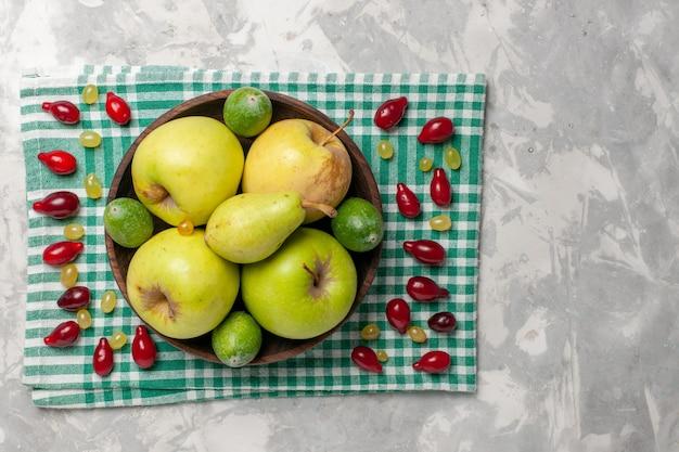 Vista dall'alto frutta fresca mele pere e feijoa su uno spazio bianco