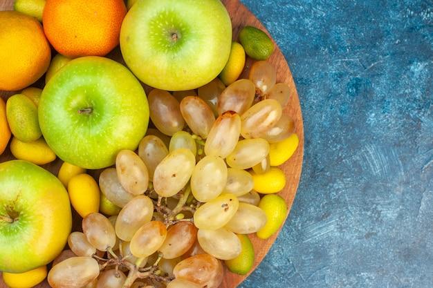 파란색 테이블 주스 과일 부드러운 사진 색상 건강한 생활 구성에 대한 상위 뷰 신선한 과일 사과 귤과 포도