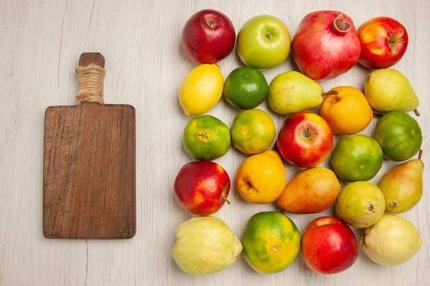 上面図新鮮な果物りんごみかん梨や白い机の上の他の果物果物熟した木まろやかな新鮮な多く