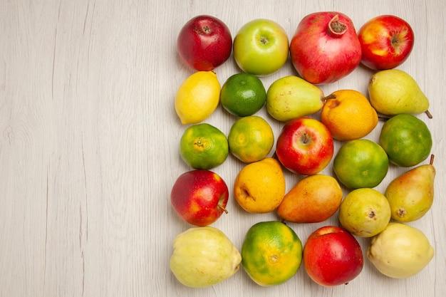 상위 뷰 신선한 과일 사과 감귤 배 및 흰색 책상 과일 익은 나무 부드러운 신선한 많은 다른 과일