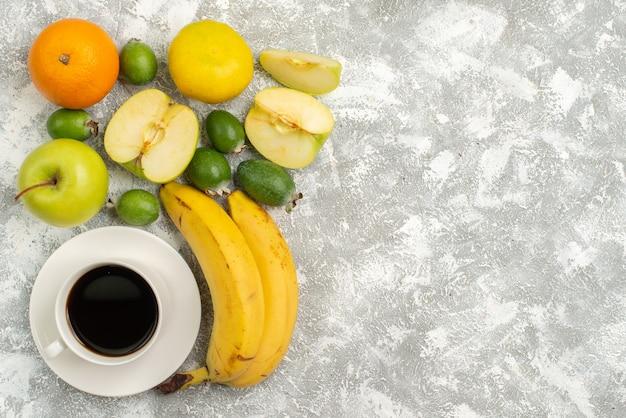 上面図新鮮な果物の組成リンゴフェイジョアバナナと白い背景の他の果物新鮮なまろやかな果物熟した色のビタミン