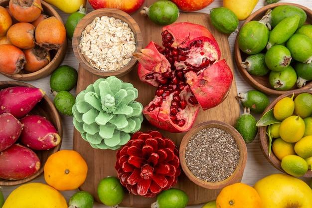上面図新鮮な果物の組成白い背景の上のさまざまな果物