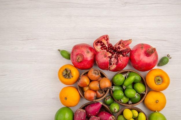 상위 뷰 신선한 과일 구성 흰색 배경에 다른 과일