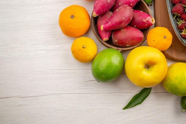 Vista dall'alto composizione di frutta fresca frutti diversi su sfondo bianco