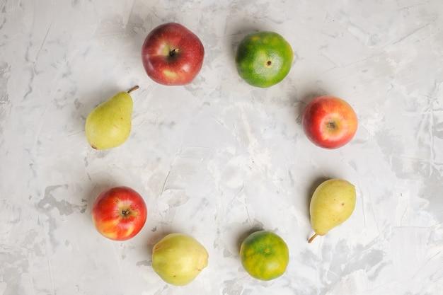 上面図白い背景に並ぶ新鮮な果物の組成物