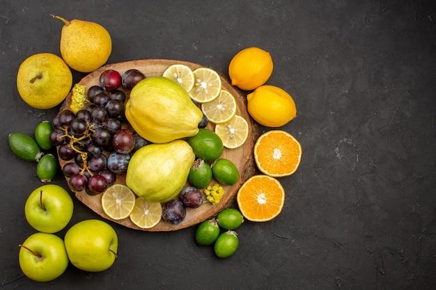 上面図新鮮な果物の組成暗い背景のまろやかで熟した果物果物まろやかな熟したビタミン新鮮