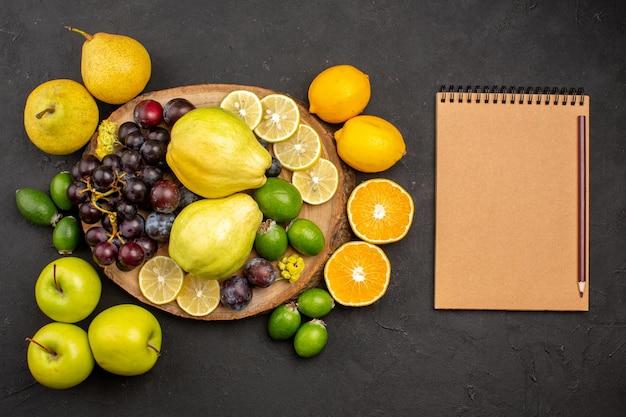 상위 뷰 신선한 과일 구성 어두운 표면에 잘 익은 과일 부드러운 익은 과일 비타민 신선한 부드러운