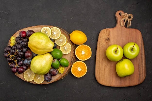 Vista dall'alto composizione di frutta fresca frutti dolci e maturi sulla superficie scura frutta dolce vitamina matura fresca