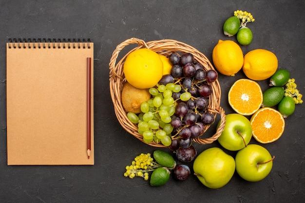 上面図新鮮な果物の組成まろやかなスライスされた熟した果物暗い表面の果物新鮮なビタミンまろやかな熟した