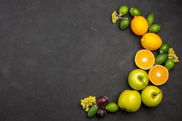 Vista dall'alto composizione di frutta fresca dolce affettato e frutti maturi sulla superficie scura frutta matura vitamina fresca dolce
