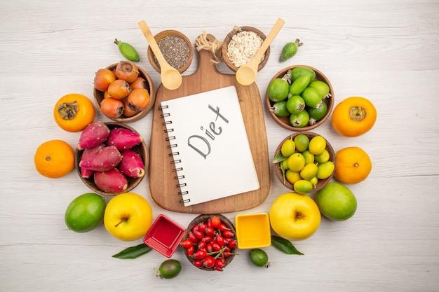 Композиция свежих фруктов сверху на белом фоне
