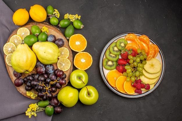 Vista dall'alto composizione di frutta fresca frutti maturi sulla superficie scura vitamina frutti maturi freschi dolci