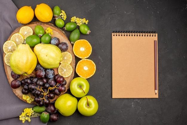 상위 뷰 신선한 과일 구성 어두운 표면에 익은 과일 비타민 과일 부드럽고 신선하게 익은