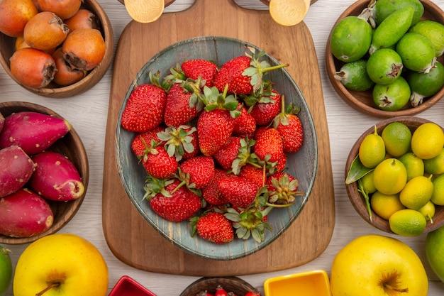 Composizione di frutta fresca vista dall'alto su sfondo bianco