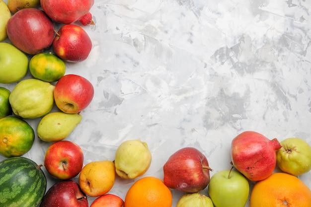 Composizione di frutta fresca vista dall'alto su priorità bassa bianca