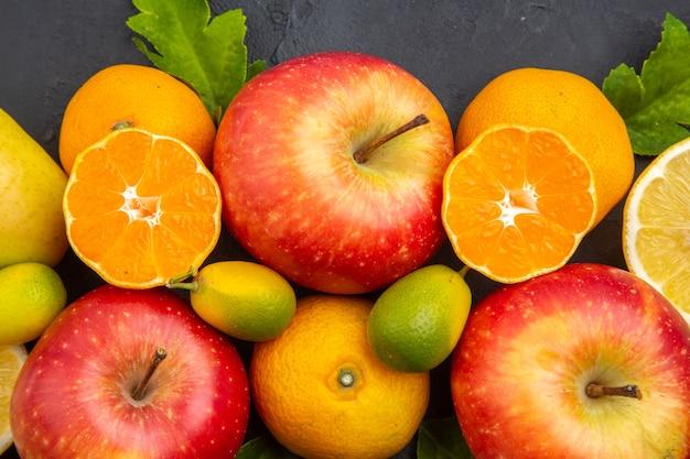 Vista dall'alto di frutta fresca su sfondo scuro