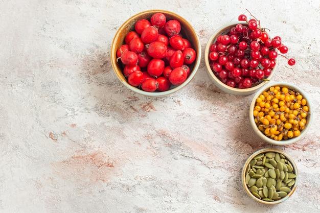 Вид сверху свежие фрукты, разные ягоды на белом столе, фруктовые ягоды, свежий вкус