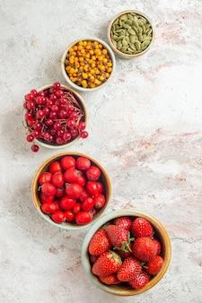 Вид сверху свежие фрукты, разные ягоды на белом столе, фрукты, ягоды, свежие
