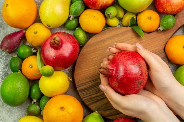 Вид сверху свежие фрукты разные спелые фрукты на белом фоне ягодный цвет диета фото вкусное здоровье спелое дерево