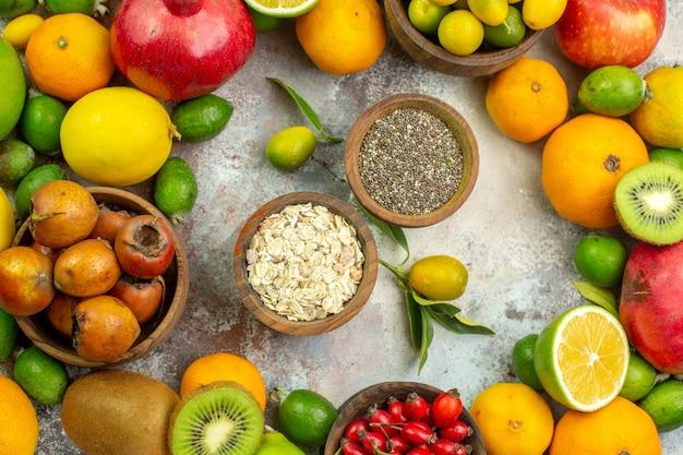 Вид сверху свежие фрукты разные спелые фрукты на белом фоне дерево вкусные фото спелые диета цвет здоровья ягода