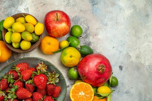 Вид сверху свежие фрукты разные спелые фрукты на белом фоне дерево здоровья цвет вкусные фото ягоды цитрусовые спелые
