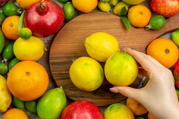 Вид сверху свежие фрукты разные спелые фрукты на белом фоне ягодный цвет диета вкусно здоровье спелые