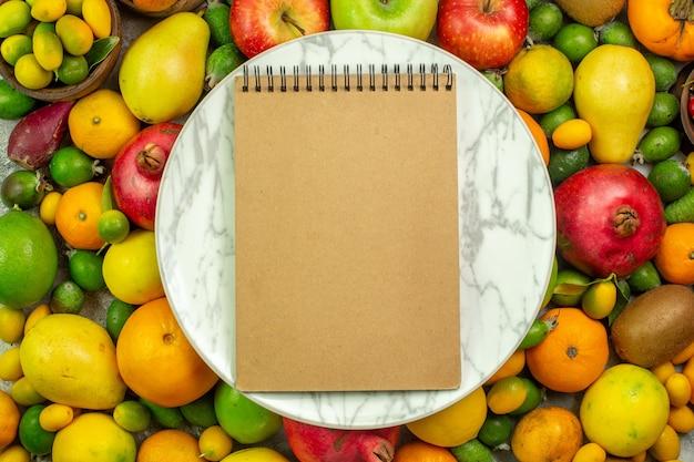 상위 뷰 신선한 과일 흰색 배경에 다른 부드러운 과일 베리 다이어트 맛있는 색상 익은 나무 건강