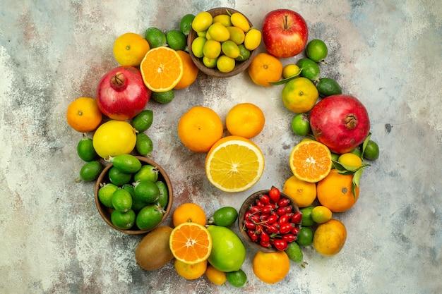上面図新鮮な果物白い背景の上のさまざまなまろやかな果物柑橘類の健康の木の色ベリー熟したおいしい