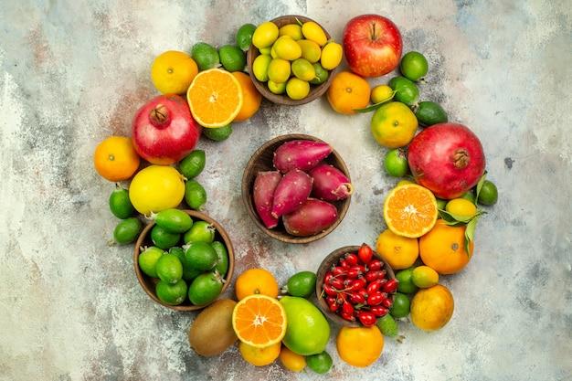 Вид сверху свежие фрукты разные спелые фрукты на белом фоне цвет дерева здоровья ягоды цитрусовые спелые вкусно