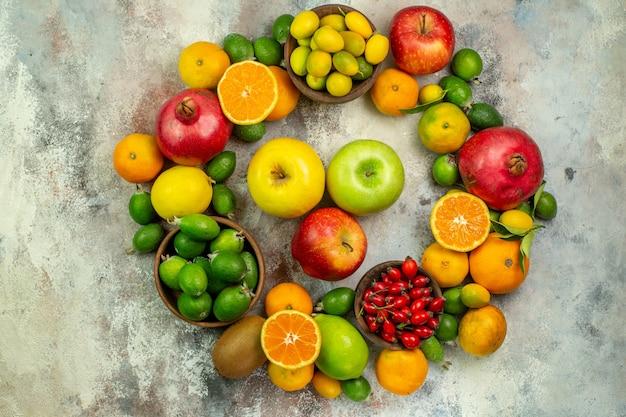 上面図新鮮な果物白い背景の上のさまざまなまろやかな果物健康ツリー色おいしいベリー熟した