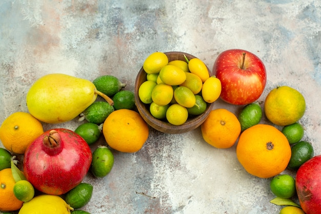 Вид сверху свежие фрукты, разные спелые фрукты на белом фоне, спелые ягоды, диета, вкусное цветное дерево