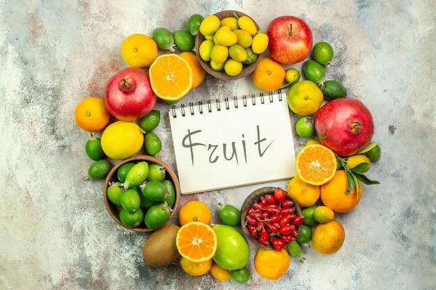 上面図新鮮な果物白い背景の木の色のさまざまなまろやかな果物おいしい写真熟した健康ベリー柑橘系の果物