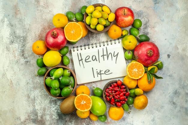 上面図新鮮な果物白い背景の木の色のさまざまなまろやかな果物おいしい写真熟した健康的な生活ベリー柑橘類