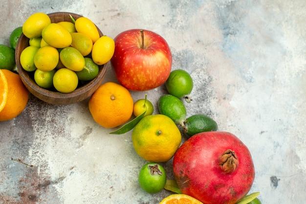 上面図新鮮な果物白い背景の木のさまざまなまろやかな果物おいしい写真熟した色ベリー柑橘類