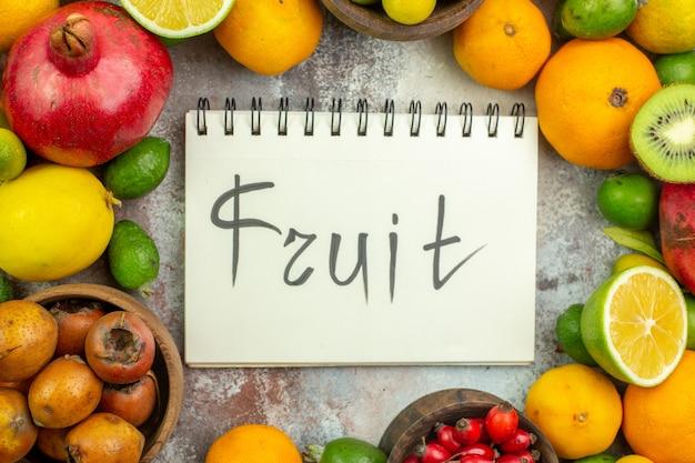上面図新鮮な果物白い背景の木のさまざまなまろやかな果物おいしい写真熟したダイエット色健康ベリー