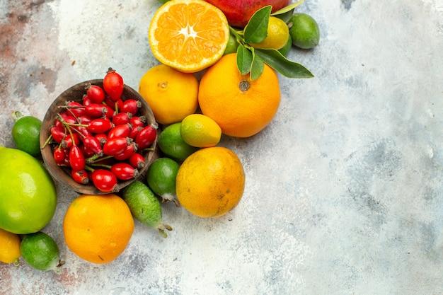 上面図新鮮な果物白い背景の木のさまざまなまろやかな果物おいしい熟したダイエット色健康柑橘類
