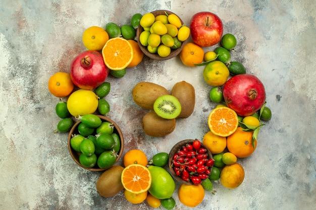 Вид сверху свежие фрукты, разные спелые фрукты на белом столе, цвет дерева здоровья, ягоды, цитрусовые, спелые, вкусные