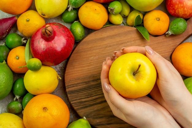 Vista dall'alto frutta fresca diversi frutti dolci su sfondo bianco bacca colore dieta gustosa salute albero maturo