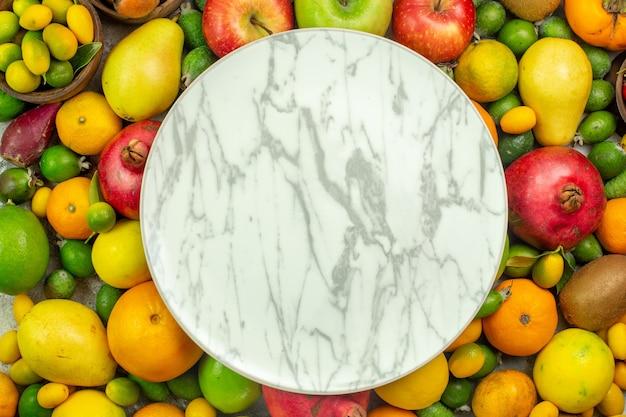 Vista dall'alto frutta fresca diversi frutti dolci su sfondo bianco dieta delle bacche gustoso colore albero della salute