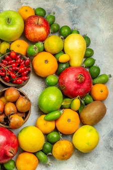 Vista dall'alto frutta fresca diversi frutti dolci su sfondo bianco dieta gustosa bacca colore albero della salute