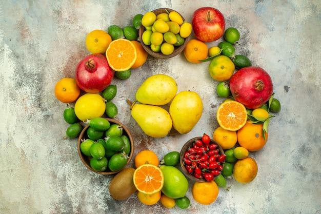 Vista dall'alto frutta fresca diversi frutti dolci su sfondo bianco colore dell'albero della salute agrumi maturi gustosi