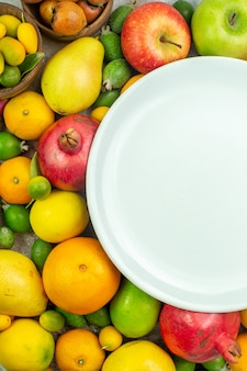 Vista dall'alto frutta fresca diversi frutti dolci su uno sfondo bianco bacche mature dieta gustosa foto a colori salute dell'albero