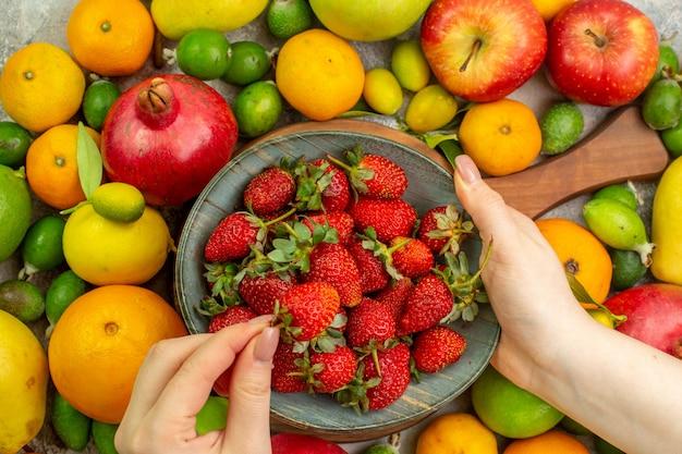 上面図新鮮な果物白い背景の上のさまざまな熟したまろやかな果物健康おいしい色ダイエットベリー