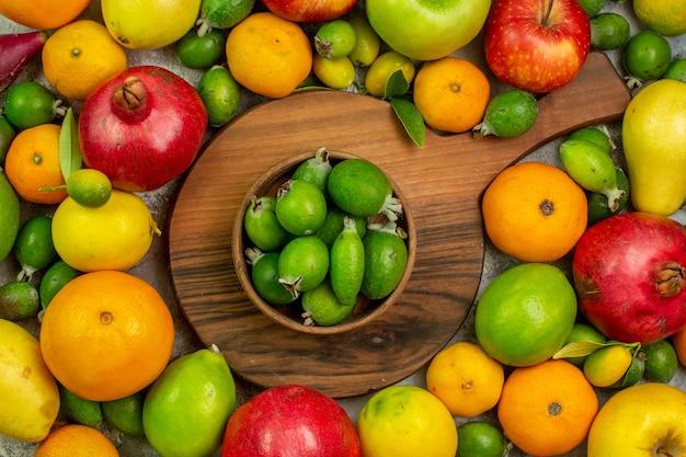 Вид сверху свежие фрукты, разные спелые и спелые фрукты на белом фоне, вкусные фото, цвет здоровой диеты, ягоды
