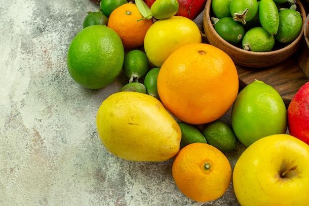 上面図新鮮な果物白い背景のさまざまな熟したまろやかな果物ベリー写真おいしい健康カラーダイエット